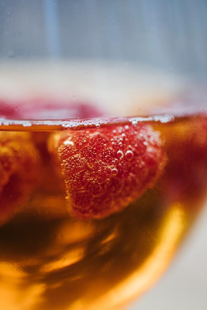 hlé sparkling red tea with raspberry